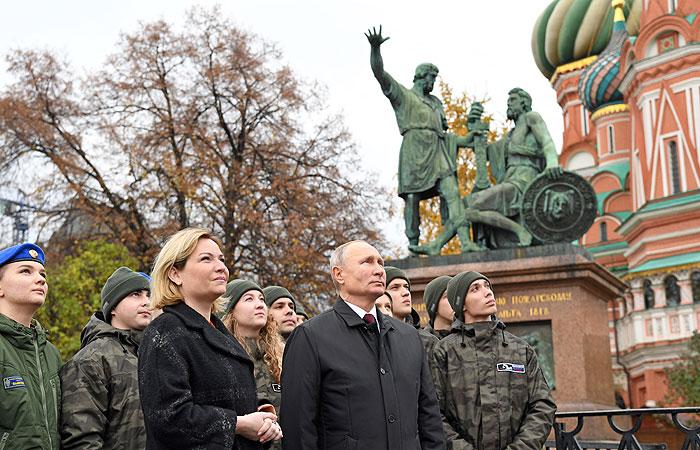 Путину представили обновленную звонницу Спасской башни