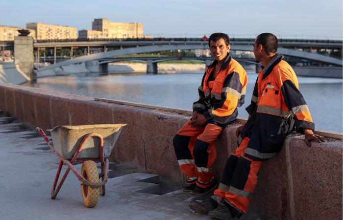 Количество трудовых мигрантов в России за год уменьшилось почти на четверть