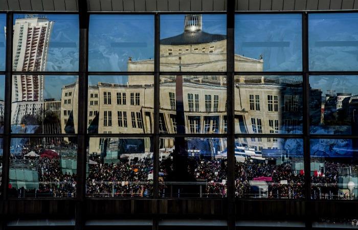 В Лейпциге тысячи людей вышли на акции против COVID-ограничений