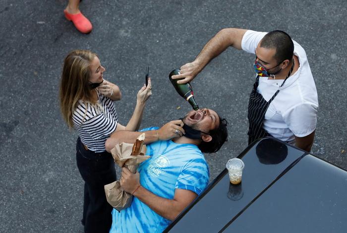 Жители Нью-Йорка пьют шампанское за Байдена