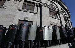 У здания правительства Армении собрались несколько тысяч протестующих