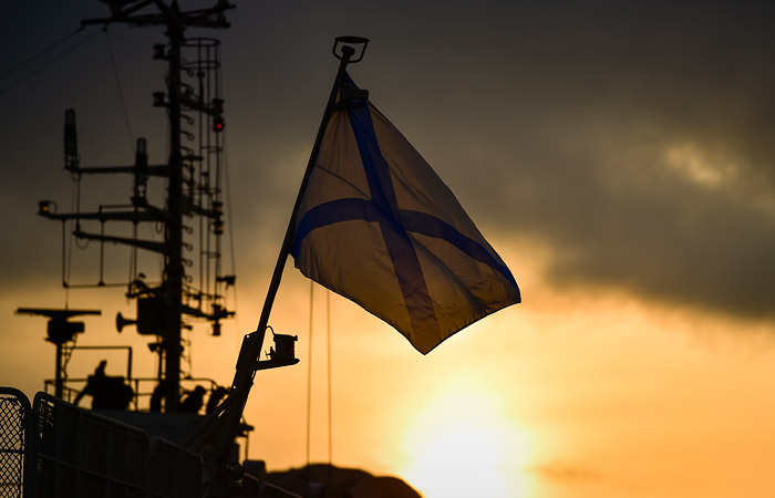 Российский корабль вытеснил американский эсминец из тервод РФ
