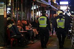 В Лондоне допустили, что людей без COVID-прививки не будут пускать в бары и кафе