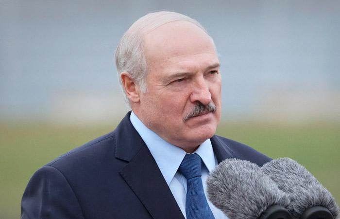 """Лукашенко потребовал заставить работать всех """"болтающихся тунеядцев"""""""