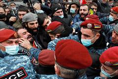 В Ереване снова начались стычки между силовиками и протестующими