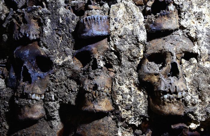 """Археологи нашли новые части """"ацтекской башни черепов"""" в Мехико"""