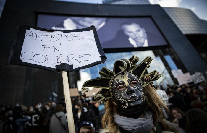 Парижане вышли на акцию протеста против закрытия объектов культуры