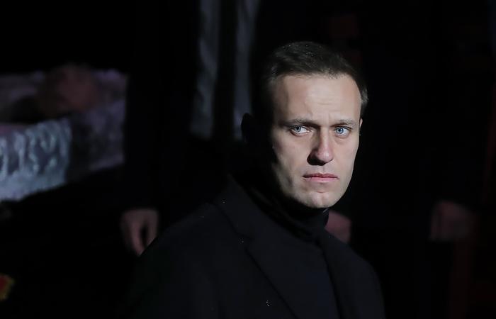Песков заявил, что Навальный страдает манией величия и преследования