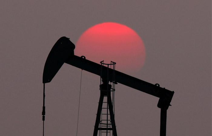 Нефть продолжает дешеветь на опасениях из-за нового штамма COVID-19
