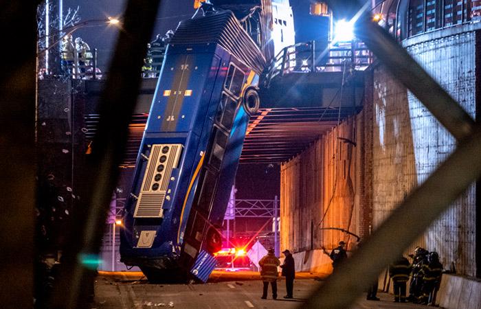 В Нью-Йорке автобус вылетел с эстакады и повис, надломившись