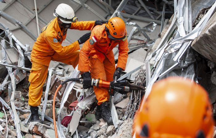 Число жертв землетрясения в Индонезии превысило полсотни