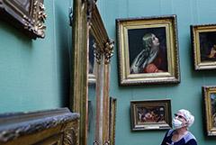 Москвичам старше 65 лет отменили льготное посещение театров и музеев