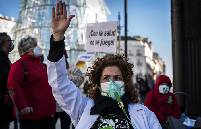 В Мадриде ужесточили комендантский час и запретили ходить в гости