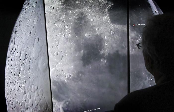Рогозин заявил, что России не интересна американская лунная программа