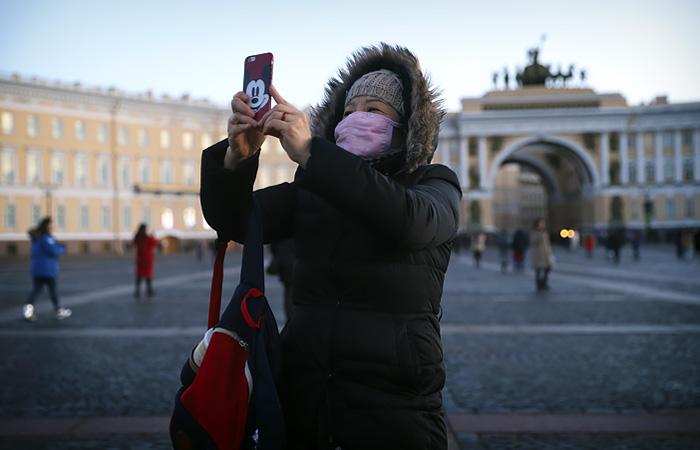 Живущих в России иностранцев пока не будут вакцинировать от COVID