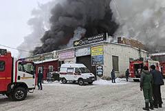 На горящем складе запчастей в Красноярске нашли погибшего