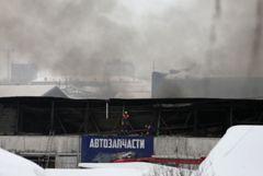 На сгоревшем складе в Красноярске найдены тела троих пожарных