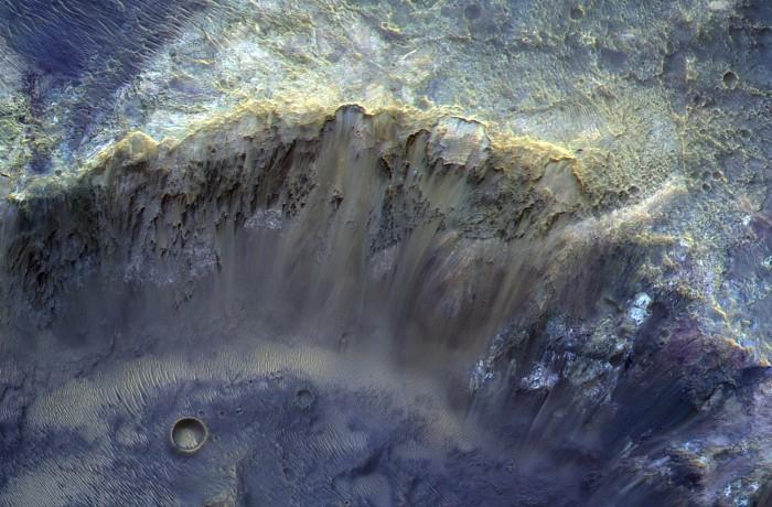 """""""Роскосмос"""" опубликовал снимок марсианского кратера"""