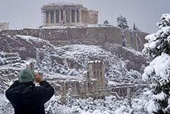 В Афинах вакцинацию от COVID-19 прервали из-за снегопада
