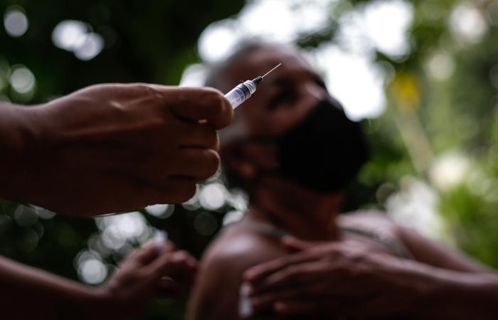 """Полиция Бразилии проверяет сообщения о """"ветреной вакцинации"""" от COVID"""