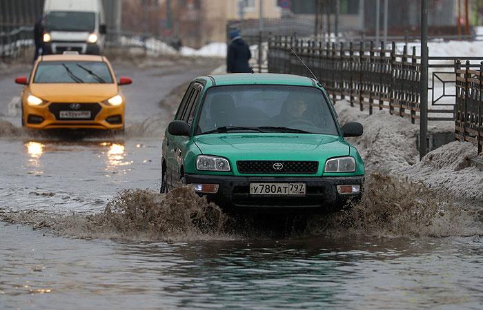 Сугробы в Москве за два дня оттепели подтаяли на 12 см