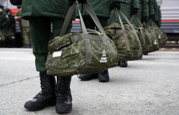 За службу в армии по контракту высказалась почти половина россиян
