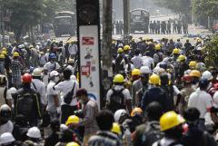 Полиция применила светошумовые гранаты против протестующих в Янгоне