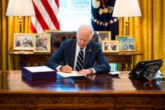 Байден подписал пакет мер по поддержке экономики объемом $1,9 трлн