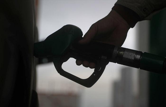 Биржевые цены на бензины впервые с февраля пошли вниз - на фоне заявлений властей о корректировке демпфера. Обзор