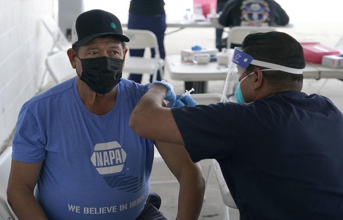 В США от COVID-19 полностью вакцинировано почти 37 млн человек