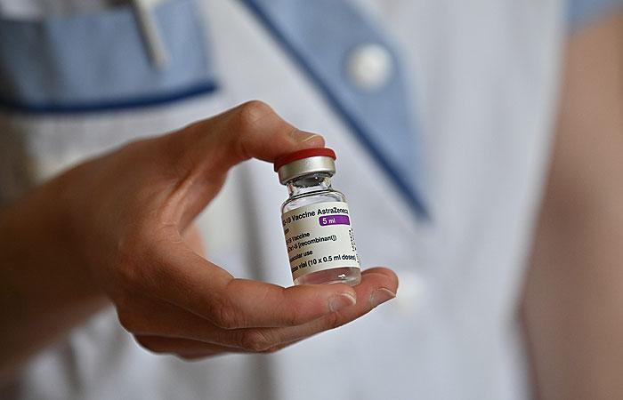 Ученые объяснили появление тромбов после прививки AstraZeneca аутоиммунной реакцией