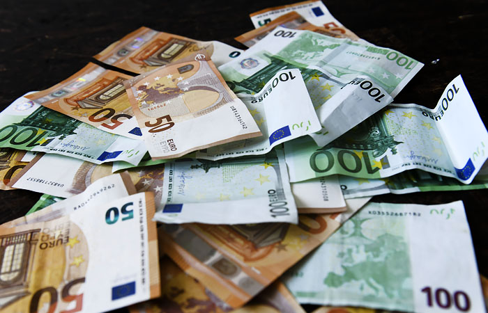 Евро поднялся выше 89 рублей впервые с 5 марта