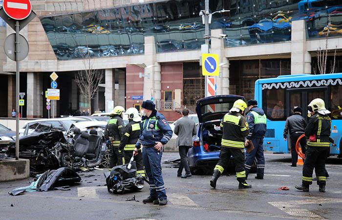Пять автомобилей столкнулись на Смоленской площади в Москве
