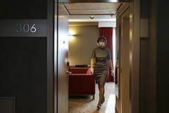 В РФ отменили требование о нотариальном согласии при заселении детей в отели