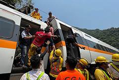 На Тайване в крушении пассажирского поезда погибли десятки человек