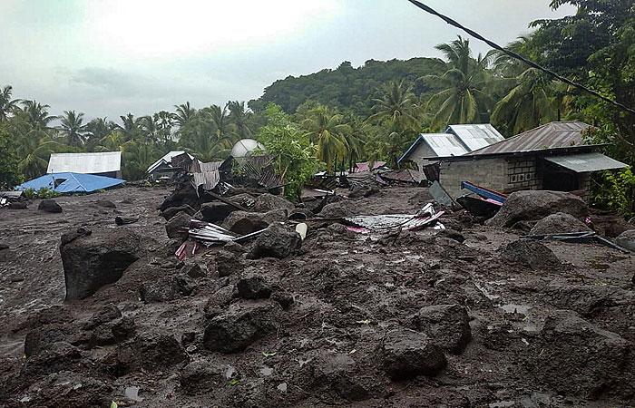Более 20 человек погибли от оползня и наводнения в Индонезии