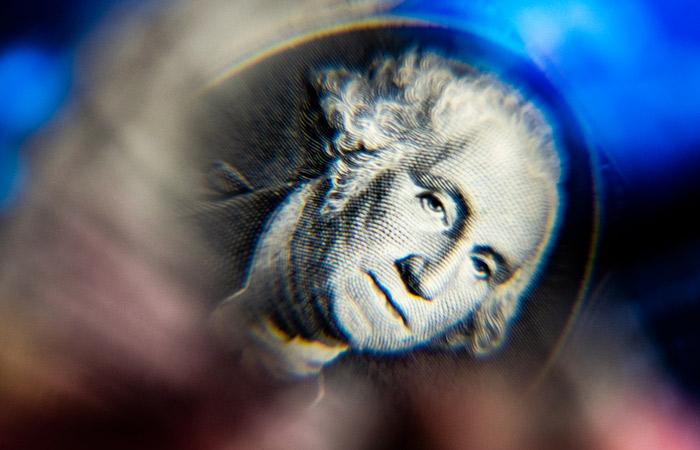 Минфин с 7 апреля увеличит покупку валюты до максимума с начала года