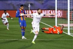 """""""Реал"""" победил """"Барселону"""" и вышел на первое место в чемпионате Испании"""