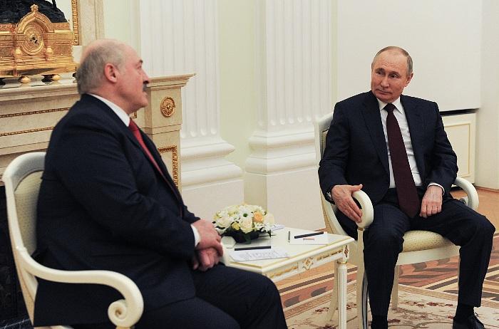 """Лукашенко сообщил о договоренности с Путиным """"не трясти друг друга"""""""