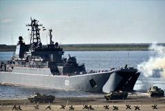 Два больших десантных корабля Северного флота остались в Черном море после учений