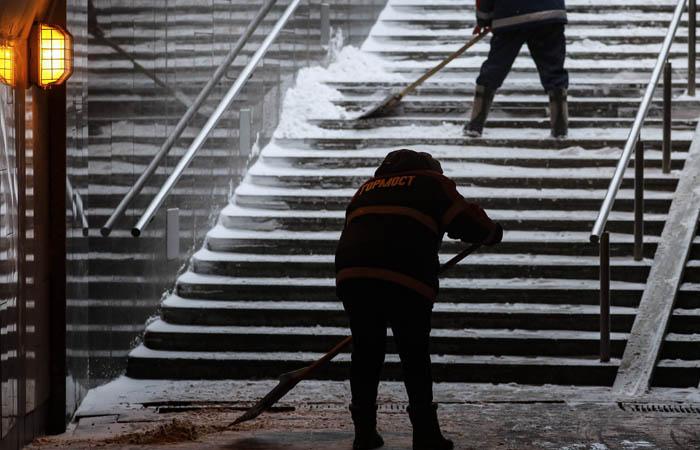 Москвичей предупредили о ночном снеге и обледенении