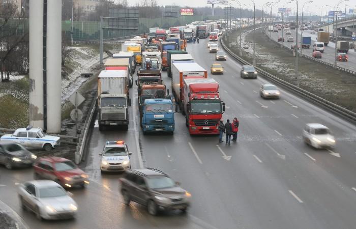 Ввод ограничений для въезда грузовиков на МКАД перенесли на 15 июня