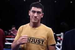 Российский боксер Бивол защитил титул чемпиона WBA