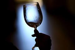 Британские эксперты не увидели влияния алкоголя на эффективность прививок от COVID