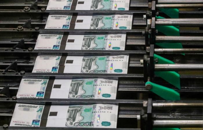 Рубль утром слегка укрепляется к доллару и слабеет к евро