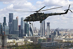 Самолеты и вертолеты отрепетировали полет над Москвой к параду Победы