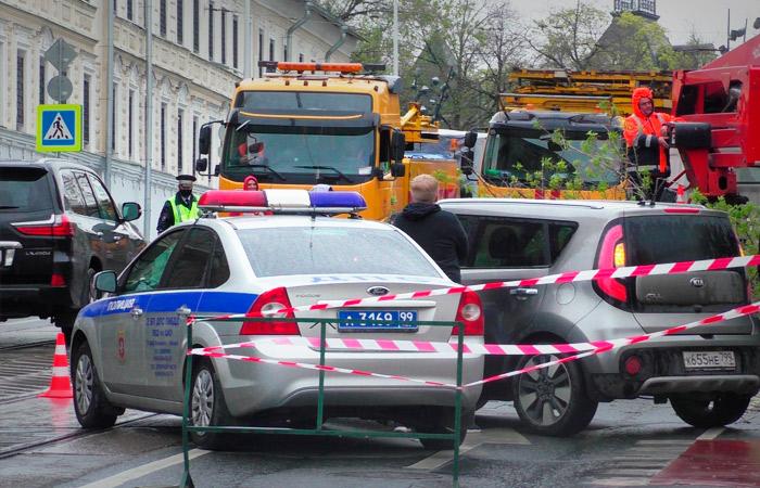 Ураган повалил в Москве 56 деревьев и повредил 44 автомобиля