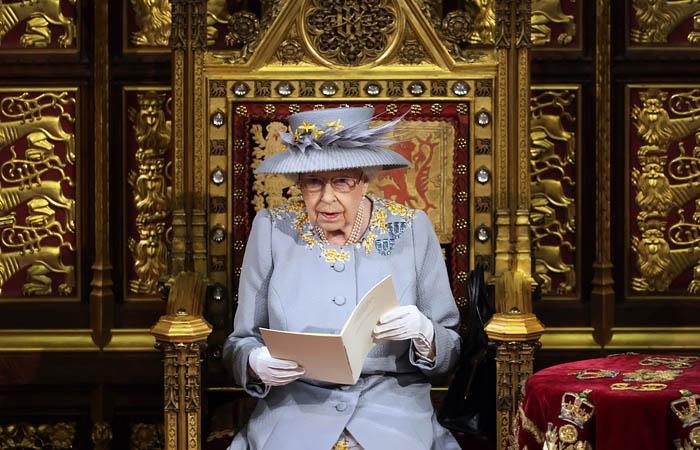 Елизавета II выступила с тронной речью на открытии сессии парламента
