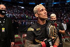 Оливейра стал новым чемпионом UFC  в легком весе после Нурмагомедова
