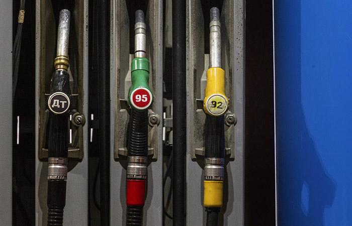Признак лета - биржевая цена на 95-й бензин рвется вверх, но эксперты не ждут потрясений. Обзор